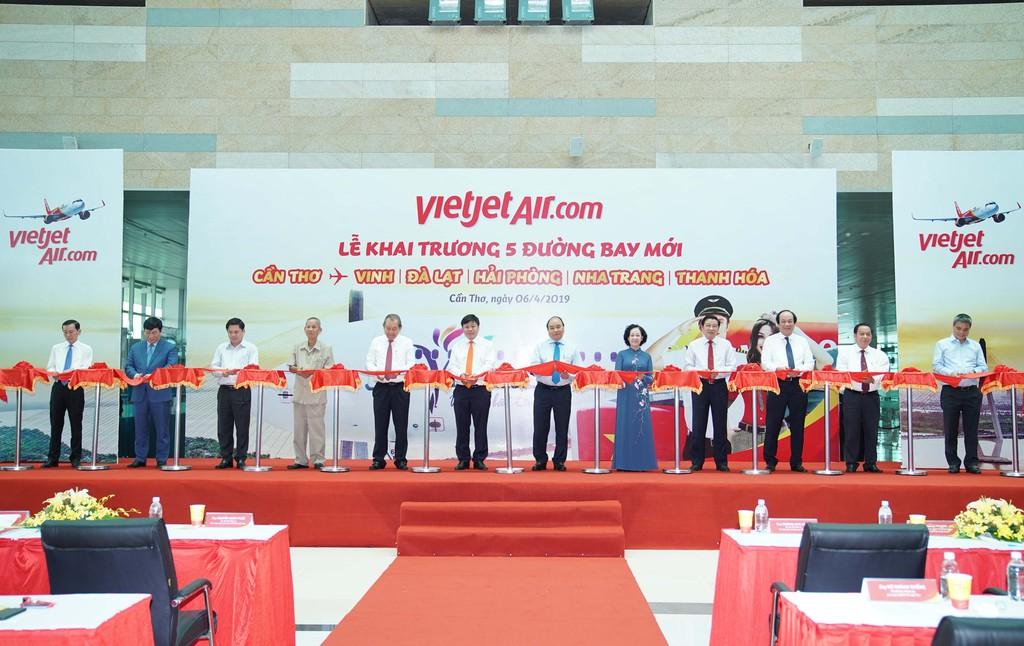 Thủ tướng Chính phủ Nguyễn Xuân Phúc và các lãnh đạo thực hiện nghi thức khai trương các đường bay mới