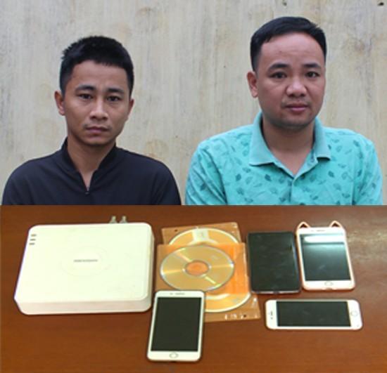 Hai nghi phạm Phạm Bá Hà và Đoàn Văn Tình cùng tang vật vụ án - Ảnh Công an Thanh Hóa cung cấp