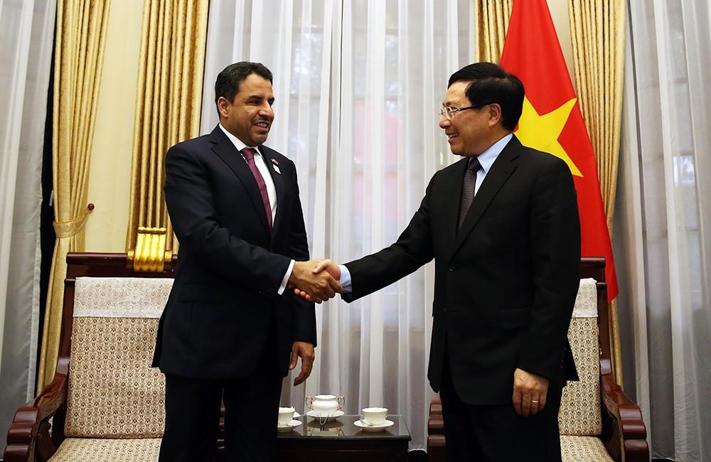 Phó Thủ tướng Phạm Bình Minh và Đại sứ Các tiểu vương quốc Arab thống nhất Obaid Saeed Bintaresh Al Dhaheri - Ảnh: VGP