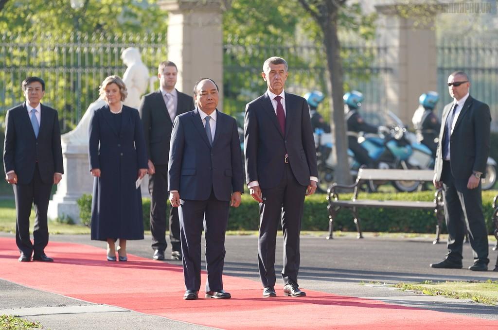 Thủ tướng Cộng hòa Czech chủ trì lễ đón chính thức Thủ tướng Nguyễn Xuân Phúc - ảnh 1