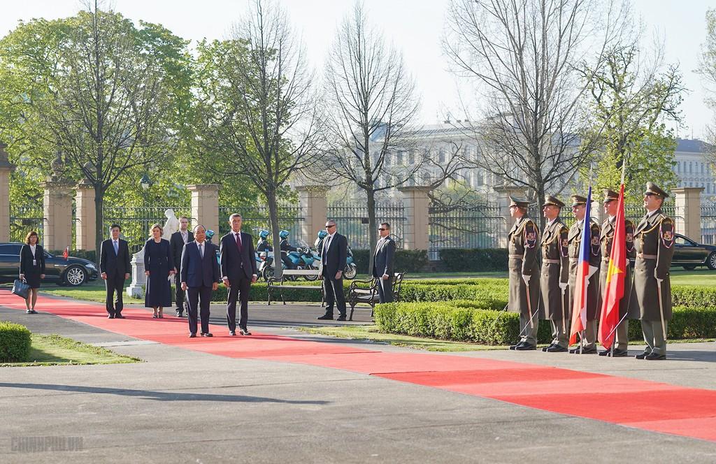 Thủ tướng Cộng hòa Czech chủ trì lễ đón chính thức Thủ tướng Nguyễn Xuân Phúc - ảnh 2