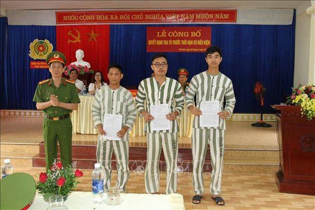 Cựu nhà báo Lê Duy Phong (đứng giữa) nhận quyết định tha tù trước thời hạn có điều kiện - Ảnh: TTXVN