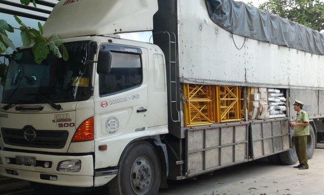 Xe tải chở hàng lậu bị bắt giữ.