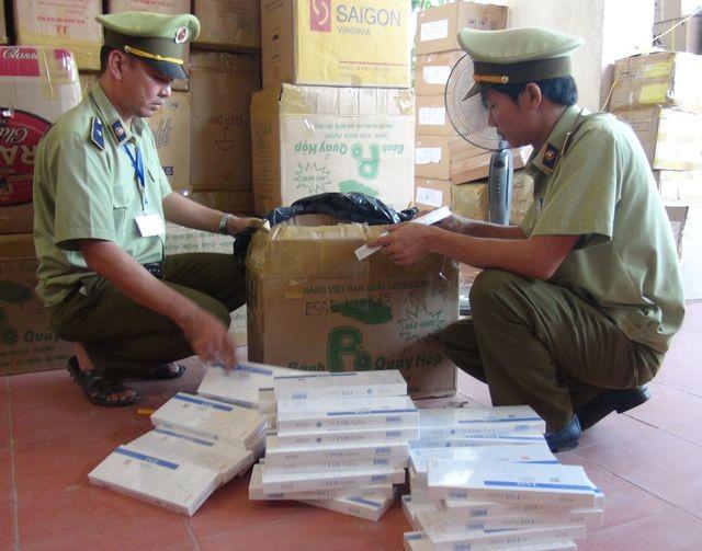 Quảng Bình: Phát hiện và bắt giữ xe tải chở hơn 19.000 bao thuốc lá lậu - ảnh 1