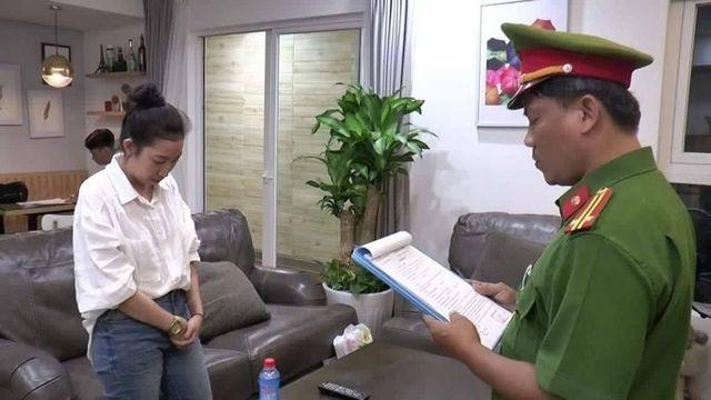 Công an đọc quyết định khởi tố, bắt tạm giam bị can Hồ Cẩm Uyên