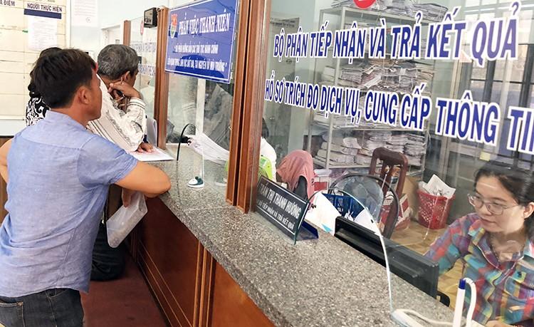 Người đến giao dịch tại văn phòng đăng ký đất đai ở huyện Vạn Ninh.