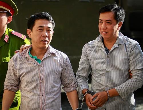 Cựu chủ tịch Công ty Pharma (trái) và Võ Mạnh Cường tại phiên tòa mở năm 2017.