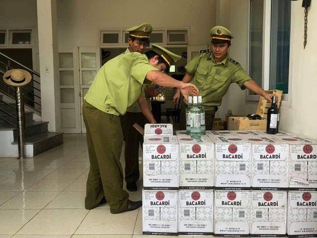 Quảng Bình: Bắt giữ gần 400 chai rượu ngoại nhập lậu - ảnh 1