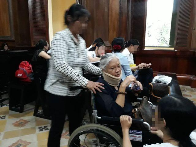 Bị cáo Toan bị mất 82% sức khỏa nên phải ngồi xe lăn suốt phiên tòa.