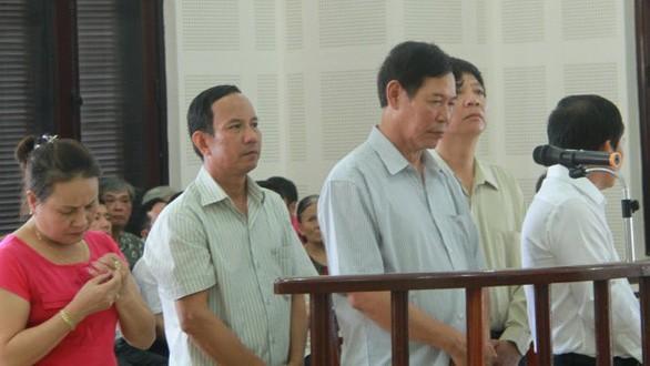 Bị cáo Trương Huy Liệu cùng các bị cáo tại phiên tòa