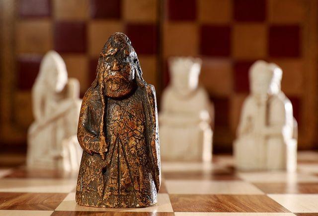 Quân cờ trong bộ cờ vua Lewis Chessmen mới được tìm thấy.