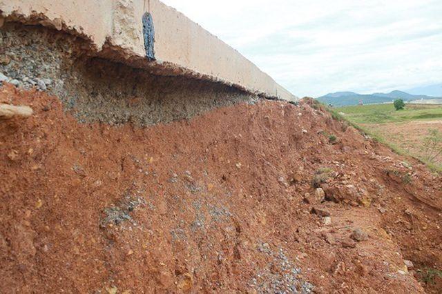 Hệ thống kênh dẫn nước Ngàn Trươi – Cẩm Trang đoạn qua thôn Yên Thắng và Thượng Tiến của xã Đức Lạc, huyện Đức Thọ đã bị sạt lở nghiêm trọng