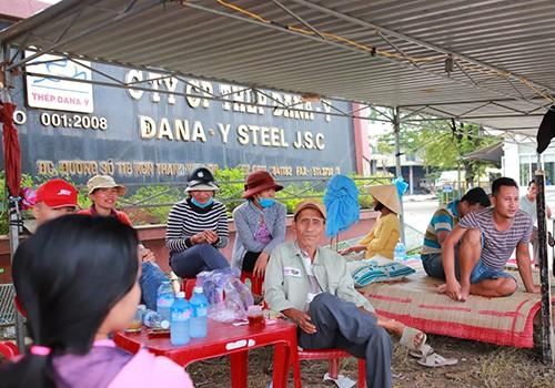 Người dân từng nhiều lần dựng lán trại bao vây nhà máy thép Dana Ý vì ô nhiễm