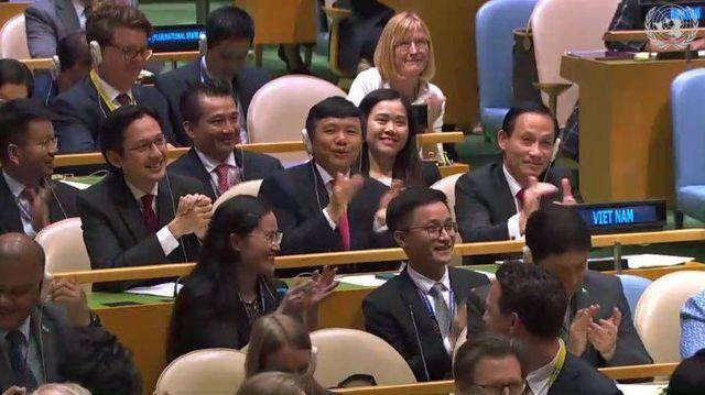 Khán phòng vỗ tay chúc mừng phái đoàn Việt Nam tại Liên Hợp Quốc (Ảnh chụp màn hình)