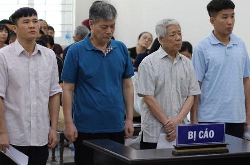 Các bị cáo Chính, Sự, Tuyến và Sơn (từ trái qua) nghe VKS luận tội.