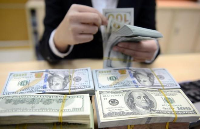Ngân hàng nâng mạnh giá USD sau khi NHNN tăng tỷ giá trung tâm 12 đồng