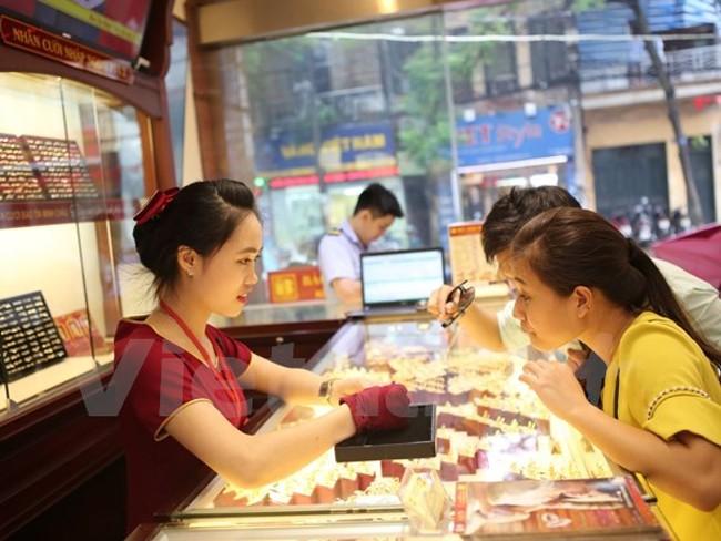 Giao dịch vàng tại Bảo Tín Minh Châu. (Ảnh: Minh Sơn/Vietnam+)