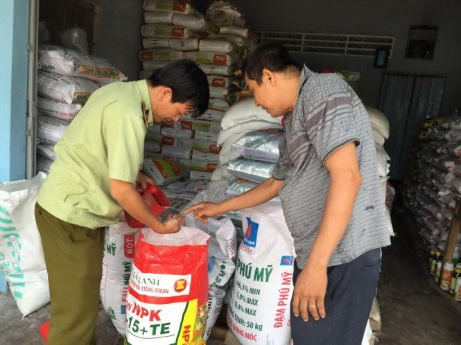 Lực lượng quản lý thị trường lấy mẫu kiểm tra chất lượng phân bón - Ảnh: V.TR.