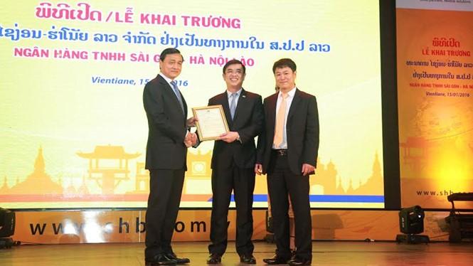 Thống đốc Ngân hàng Quốc gia Lào trao Giấy phép hoạt động cho Ngân hàng TNHH Sài Gòn - Hà Nội Lào tại Viêng Chăn