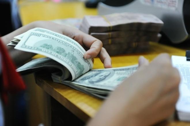 """Tỷ giá ngân hàng tiếp tục """"rơi tự do"""""""