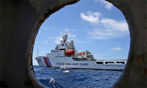 Tàu Trung Quốc ngăn chặn một tàu của Philippines ở Biển Đông. Ảnh: AP