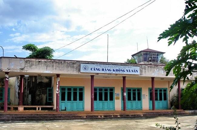 Sân bay Nà Sản nằm trên quốc lộ 6, cách thành phố Sơn La khoảng 20 km về phía Nam. Năm 2004, sân bay tạm đóng cửa để nâng cấp song đến nay vẫn chưa hoạt động lại.