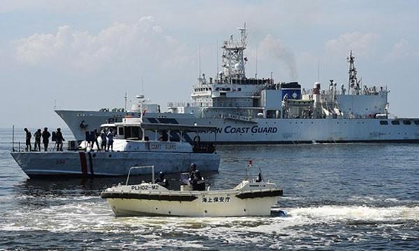 Tàu cảnh sát biển Nhật Bản hôm 13/7 tham gia một bài tập trận chống hải tặc trên vùng biển ngoài khơi Philippines. Ảnh:AFP