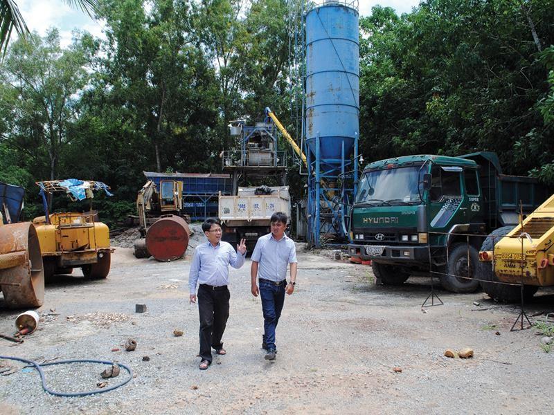 Xe máy, thiết bị của nhà thầu Đại Việt phơi nắng mưa chờ  mặt bằng thi công. Nguồn: Báo Đầu tư