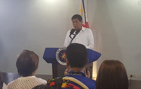 Ông Duterte phát biểu trong cuộc họp báo hôm qua. Ảnh: Rappler