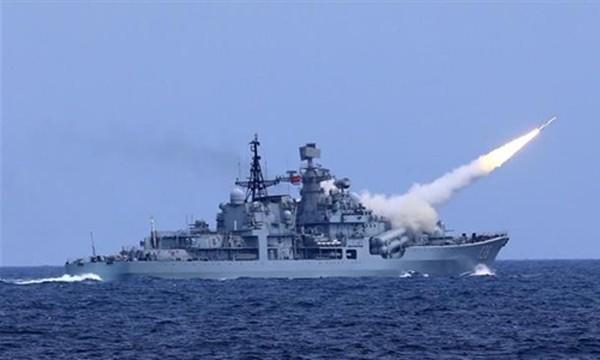 Tàu hải quân Trung Quốc phóng tên lửa phòng không trong cuộc tập trận trên biển Hoa Đông ngày 1/8. Ảnh: Xinhua.