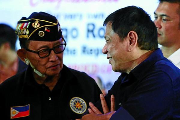Cựu tổng thống Philippines Fidel Ramos, trái, là người nhận trách nhiệm đàm phán với Trung Quốc sau phán quyết của Tòa trọng tài. Ảnh: Inquirer