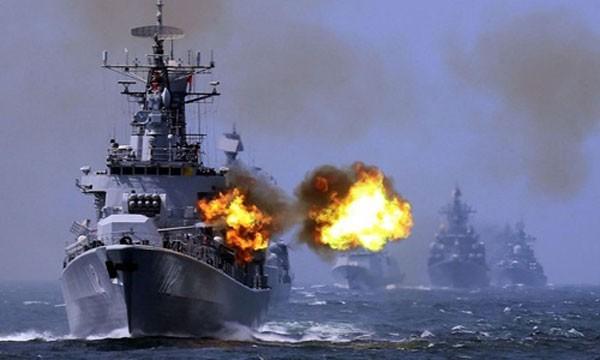 Tàu chiến Trung Quốc và Nga trong cuộc tập trận chung tại Biển Hoa Đông hồi tháng 5/2014. Ảnh:AP