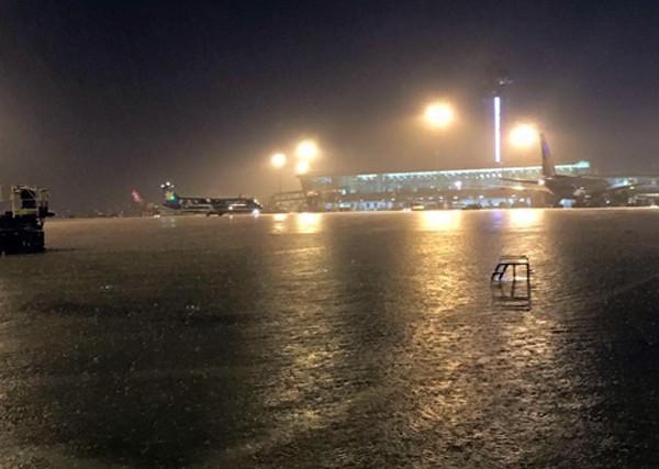Ngập tại sân bay Tân Sơn Nhất tối 26/8. Ảnh:Khánh Bằng