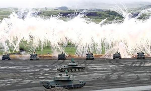 Nhật Bản tập trận bắn đạn thật với nội dung chiếm lại đảo từ tay địch. Ảnh: Nikkei.