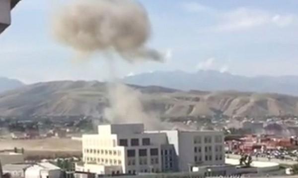 Cột khói bốc lên từ vụ bom xe lao vào đại sứ quán Trung Quốc. Ảnh: Press TV.
