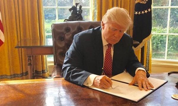 Tổng thống Mỹ Donald Trump ký sắc lệnh hạn chế nhập cảnh sửa đổi. Ảnh:White House