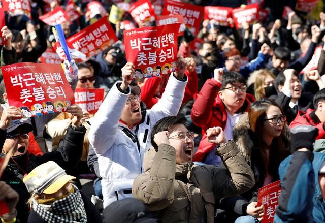 Người Hàn Quốc khóc, cười khi Tổng thống bị phế truất - ảnh 6
