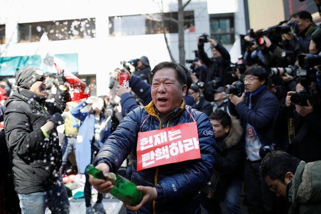 Người Hàn Quốc khóc, cười khi Tổng thống bị phế truất - ảnh 7