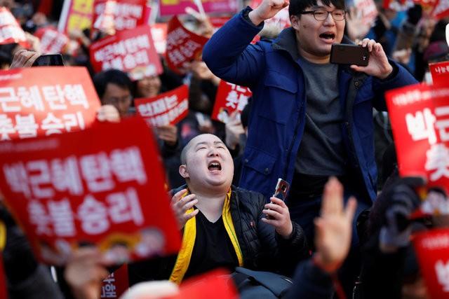 Người Hàn Quốc khóc, cười khi Tổng thống bị phế truất - ảnh 8