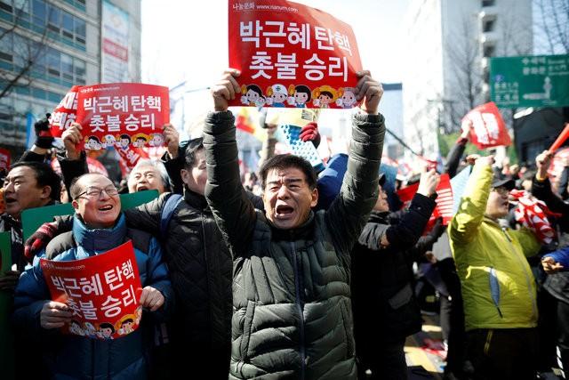Người Hàn Quốc khóc, cười khi Tổng thống bị phế truất - ảnh 9