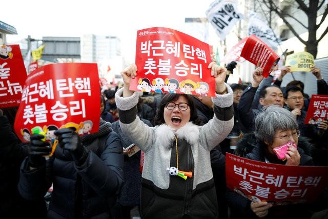 Người Hàn Quốc khóc, cười khi Tổng thống bị phế truất - ảnh 10
