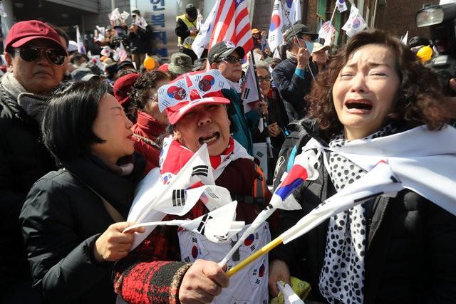 Người Hàn Quốc khóc, cười khi Tổng thống bị phế truất - ảnh 12