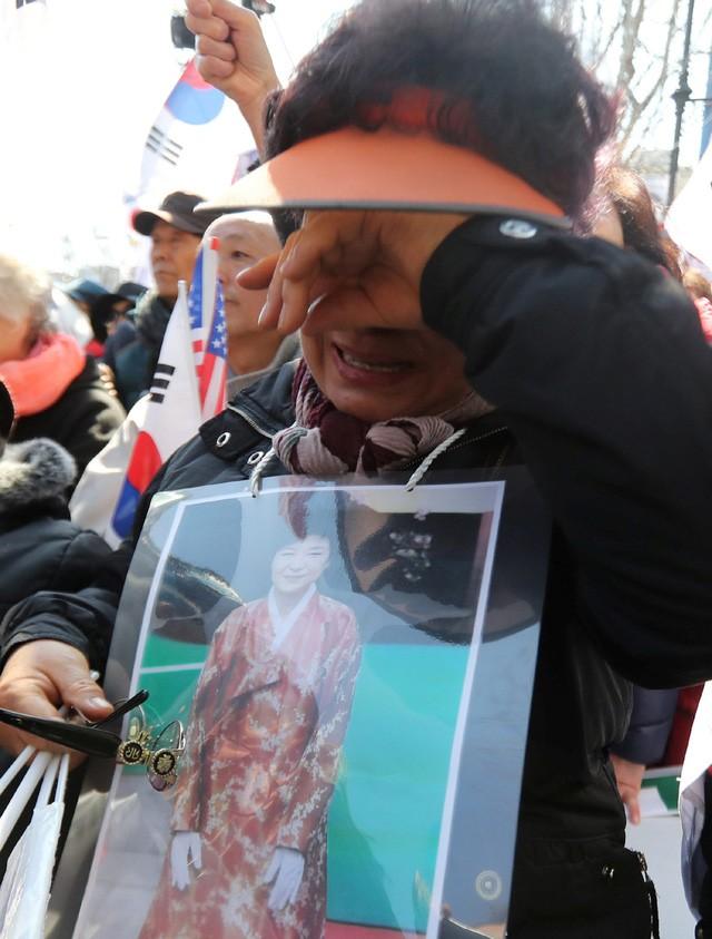 Người Hàn Quốc khóc, cười khi Tổng thống bị phế truất - ảnh 13