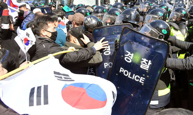 Người Hàn Quốc khóc, cười khi Tổng thống bị phế truất - ảnh 15