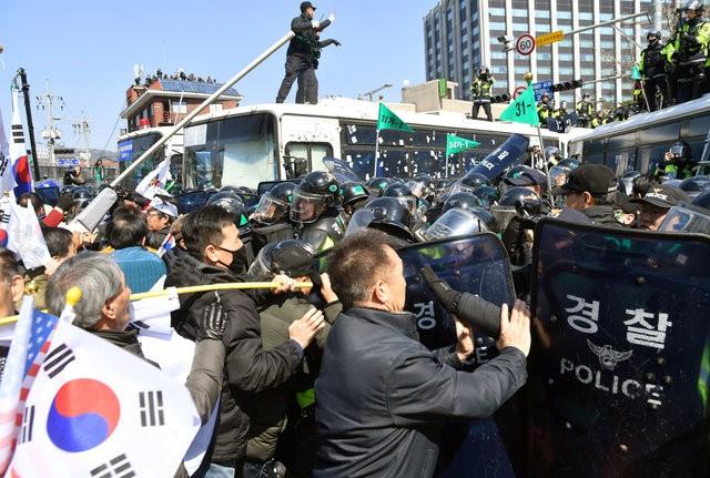 Người Hàn Quốc khóc, cười khi Tổng thống bị phế truất - ảnh 16