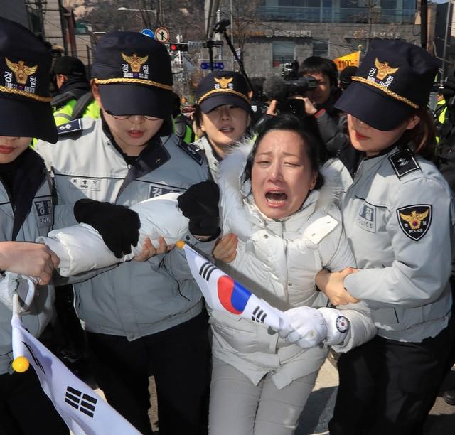 Người Hàn Quốc khóc, cười khi Tổng thống bị phế truất - ảnh 17