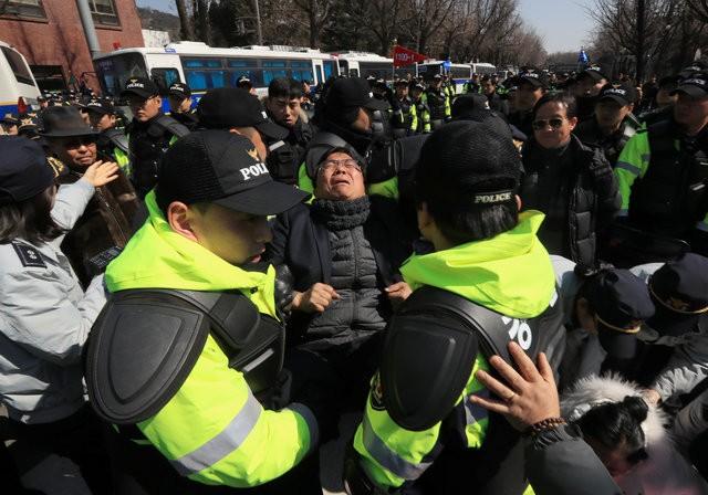 Người Hàn Quốc khóc, cười khi Tổng thống bị phế truất - ảnh 18