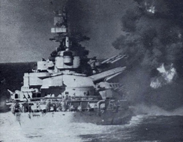 Thiết giáp hạm Vittorio Veneto của hải quân Italykhai hỏa. Ảnh:Wikipedia.