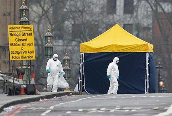 Cảnh sát và các quan chức pháp y làm việc trên cầu Westminster, hiện trường vụ tấn công, vào sáng nay. Ảnh:Reuters