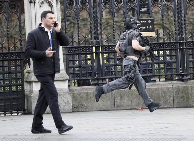 Hiện trường vụ tấn công khủng bố ở thủ đô London - ảnh 2